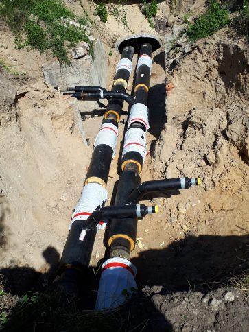 Ciepłownicze rury preizolowane w wykopie POLINSBUD